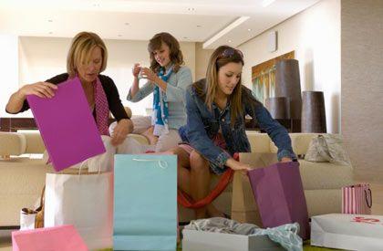 Annenle yapabileceğin 10 eğlenceli şey!  Bu anlamlı günde ona sadece hediye almakla kalmayıp, birlikte keyifli saatler geçireceğin aktiviteler yapmak istersen, işte sana seçenekler...  Alışveriş yapın  Annenle alışveriş yapma fikri sana kâbus gibi gelebilir ama unutma ki, bugün Anneler Günü! Hiç değilse ona yılda bir gün, kızıyla birlikte gezme zevkini tattır. İnan ne kadar büyüdüğünü görmek, gözlerini yaşartacak!